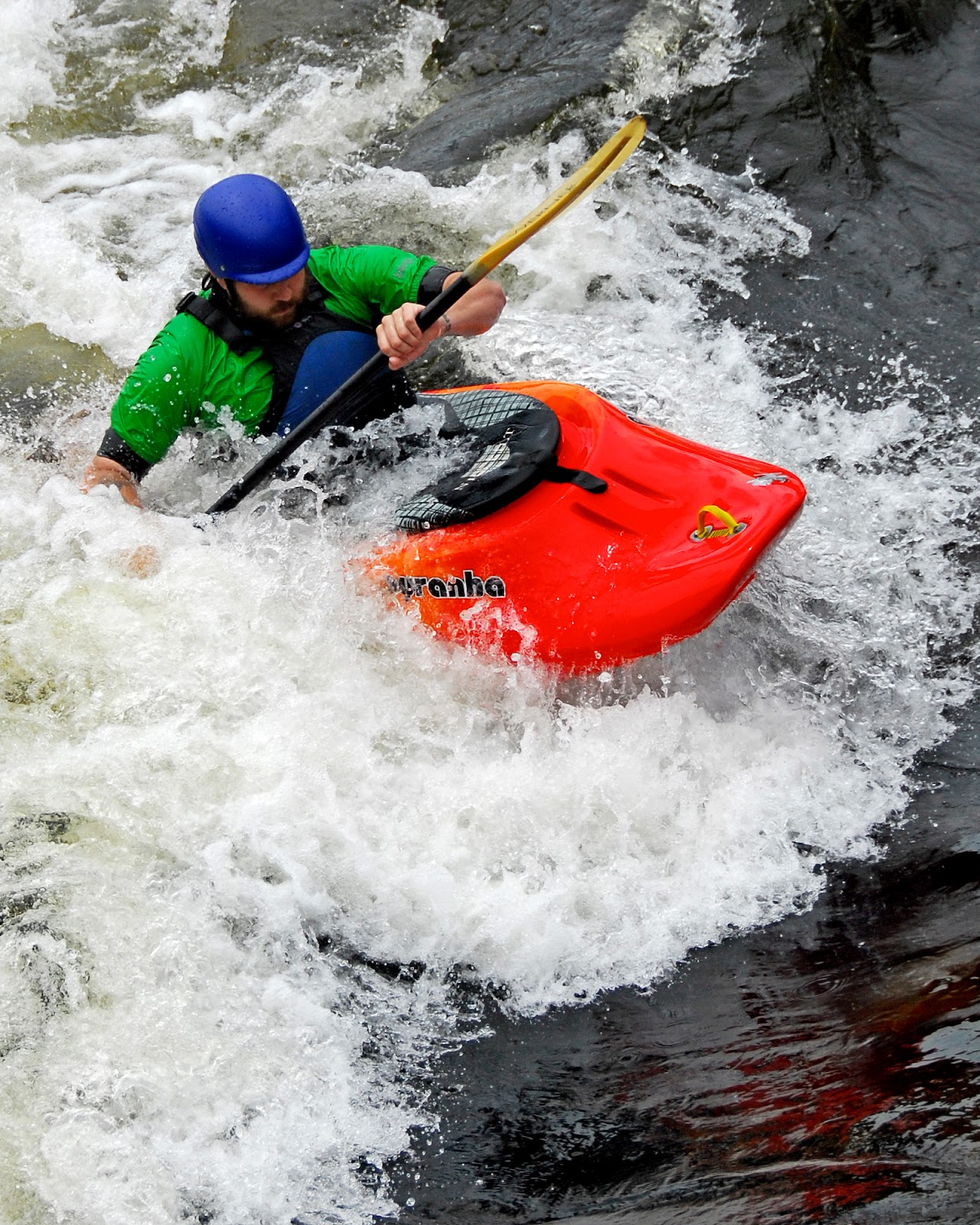 https://upload.wikimedia.org/wikipedia/commons/9/96/Kayak_Playboat_ManchesterNH.jpg