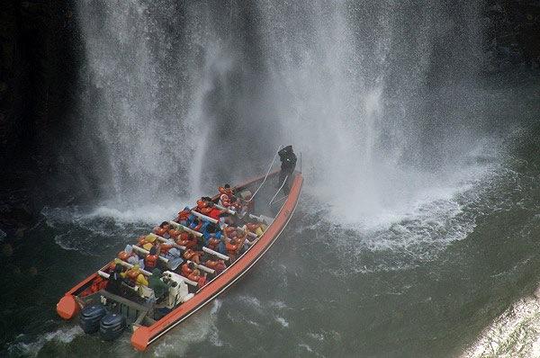 Paseo en bote debajo de las cataratas Lado Brasilero