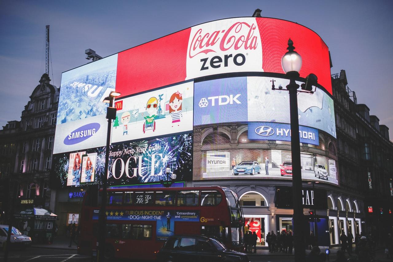 Reklamy na Piccadilly Circus na tle ciemnego nieba