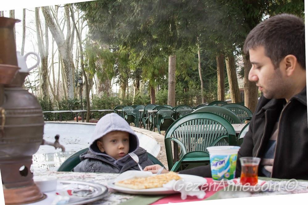 Beykoz korusu Kır Kahvesi'nde yemek yerken