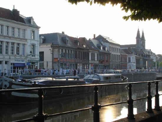https://4.bp.blogspot.com/-CfCmZN6ac5I/UDEL4RKgdSI/AAAAAAAAATQ/bHHXKDWbxcg/s1600/Tournai+fille+du+fleuve01.jpg