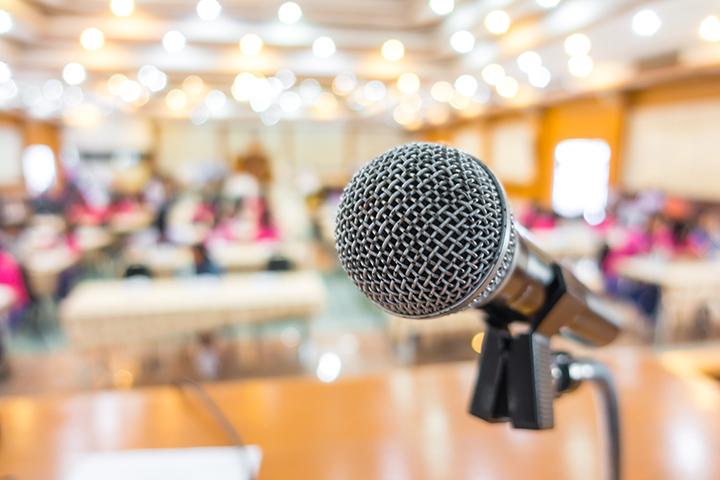 Microfone num evento para dar um comunicado