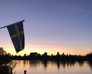 Gå i juninatten ut! Älven strömmar genom landet mot fjärran hav. Foto: Göran Greider.