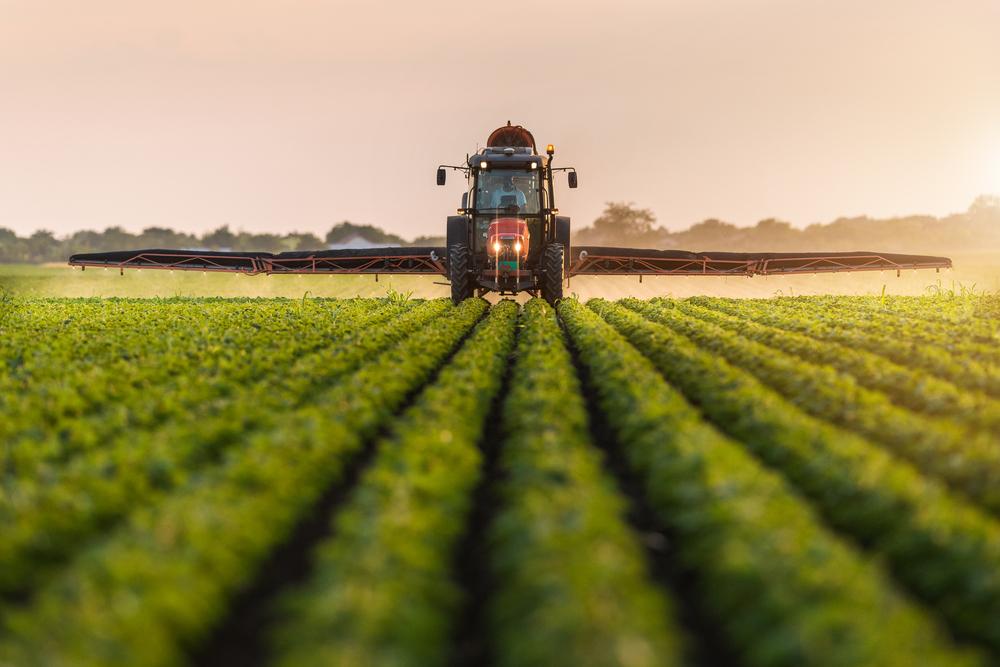 O controle químico é uma das estratégias utilizadas no combate a ervas daninhas. (Fonte: Shutterstock)