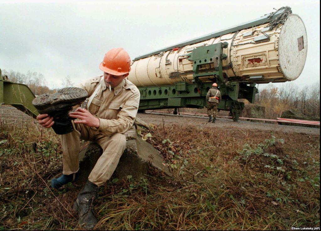 Офіцер української армії відпочиває перед тим, як підірвати пускову установку поблизу міста Деражня в Хмельницькій області, 23 жовтня 1996 року