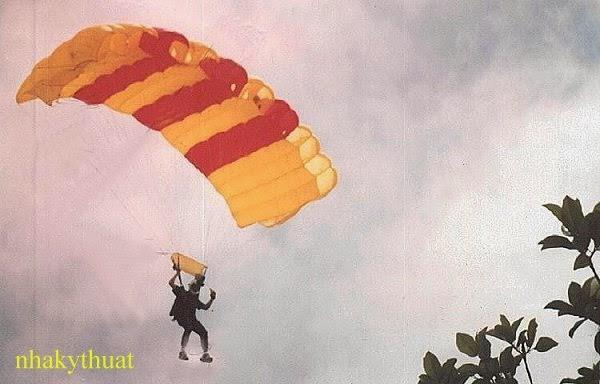 http://3.bp.blogspot.com/-hh_d4eBeU1o/U0xcklHpgCI/AAAAAAAAgtU/FPNamffMbxY/s1600/vn_flag_parachute.jpg