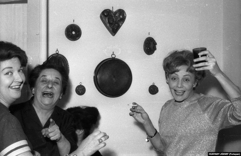 Актрисы Хильда Гобби (в центре) и Хеди Темешши (справа) с подругой в 1965 году. После развода с мужем Хеди Темешши завязала романтические отношения с Хильдой