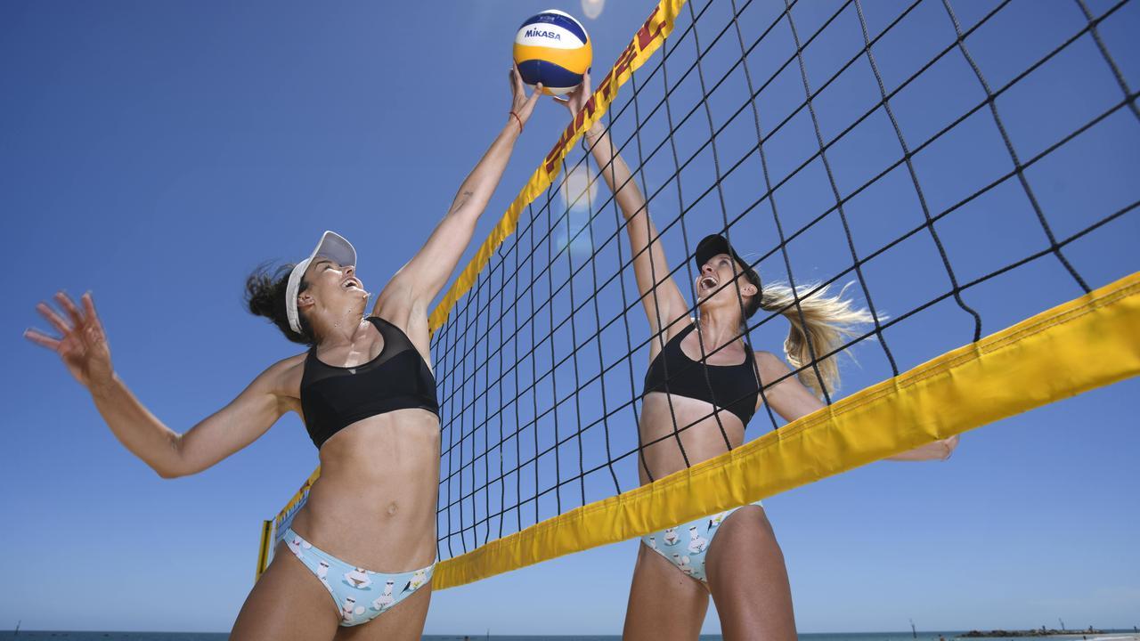 Trong thi đấu bóng chuyền bãi biển không có sự phân biệt vị trí cố định và người chơi có thể di chuyển theo ý muốn.