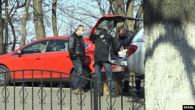 25 березня журналістам вдалося зафіксувати, як частину тестів, доправлених в Україну з Китаю, відвантажували з авто Центру громадського здоров'я