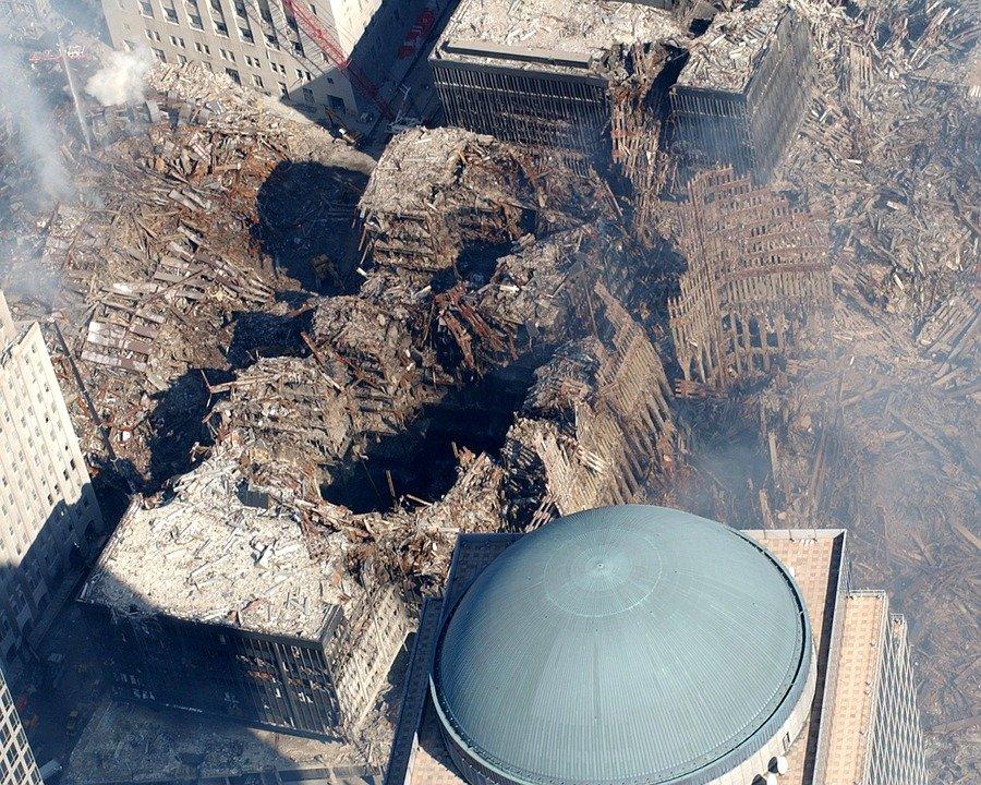 Foto da destruição dos prédios causada pelo ataque terrorista do 11 de setembro. Conteúdo China e Estados Unidos.