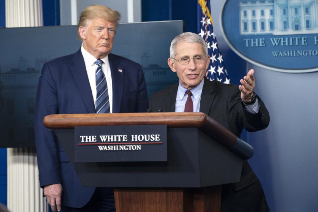 Bác sĩ Anthony Fauci nói chuyện cùng Tổng thống Donald Trump trong cuộc họp báo tại Washington vào ngày 5/4/2020. (Sarah Silbiger / Getty Images)