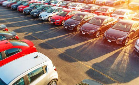 A parking lot full of cars Description automatically generated