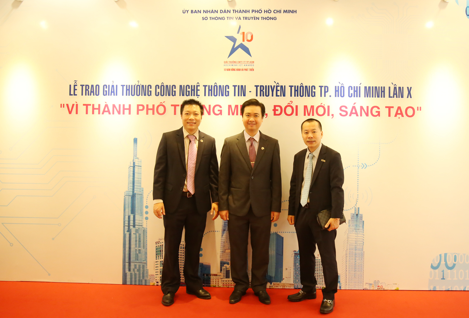 Ông Lữ Hồng Chương - PCT hội đồng quản trị công ty MISA, ông Lê Hữu Nguyên - PGĐ công ty MISA HCM