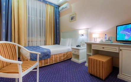 Завтрак включен в стоимость. В номере: односпальная кровать, ванная комната, телевизор, холодильник, рабочая зона, беcплатный wi-fi.