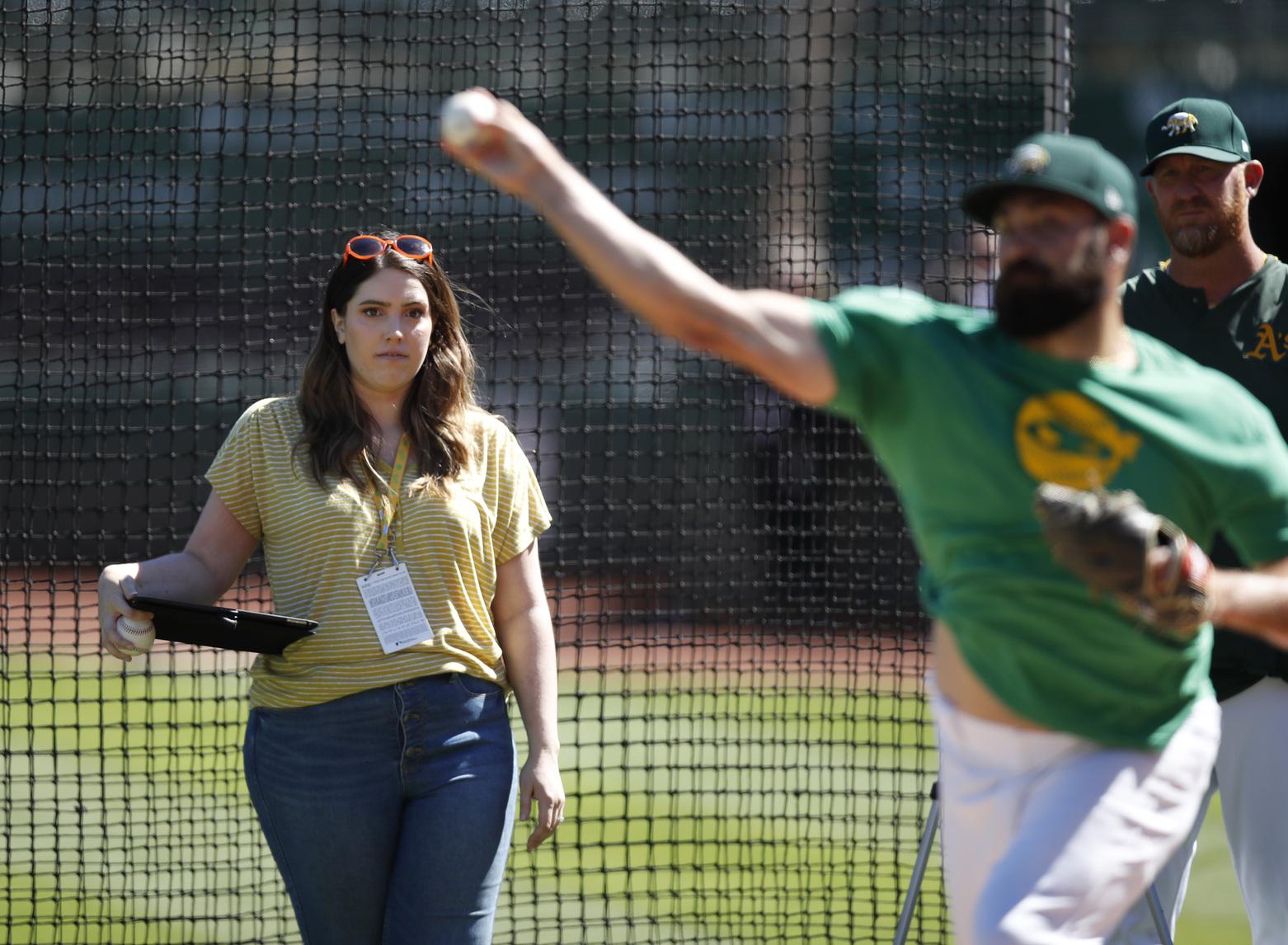 """Schultz là một vận động viên ném bóng, người tin rằng những người ném bóng đang chiếm ưu thế và đối với cô ấy """"ném bóng là một nghệ thuật"""""""