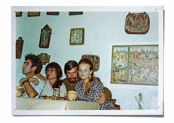 Галина Севрук (друга ліворуч) разом іздрузями сидить усвоїй майстерні. Фото зроблене наприкінці 1960-х