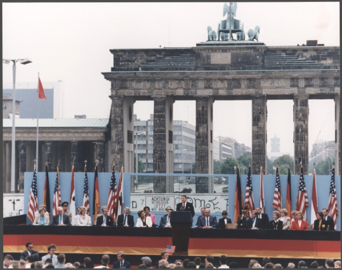 http://upload.wikimedia.org/wikipedia/commons/9/90/Photograph_of_President_Reagan_giving_a_speech_at_the_Berlin_Wall%2C_Brandenburg_Gate%2C_Federal_Republic_of_Germany_-_NARA_-_198585.jpg