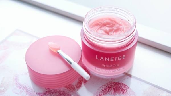 Laneige vẫn là cái tên đình đám ở Hàn Quốc với nhiều công dụng tuyệt vời như cấp ẩm, làm môi hồng hào, tẩy sạch các tế bào chết trong lúc bạn ngủ, ngoài ra còn cung cấp nhiều chất dinh dưỡng vitamin C được chiết xuất từ các loại trái cây: việt quất, dâu tây,… giúp cải thiện tình trạng môi thâm, xỉn màu