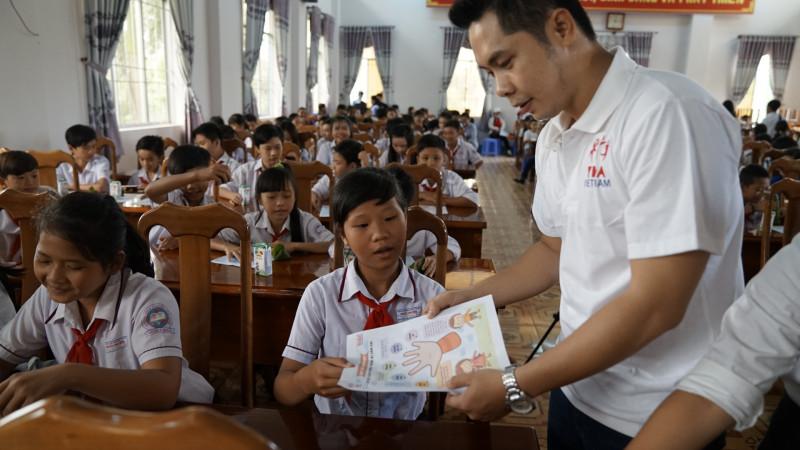Đặc biệt, trẻ em nhỏ ở vùng sâu vùng xa nằm trong nhóm đối tượng có nguy cơ cao bị lạm dụng do thiếu thông tin hiểu biết.