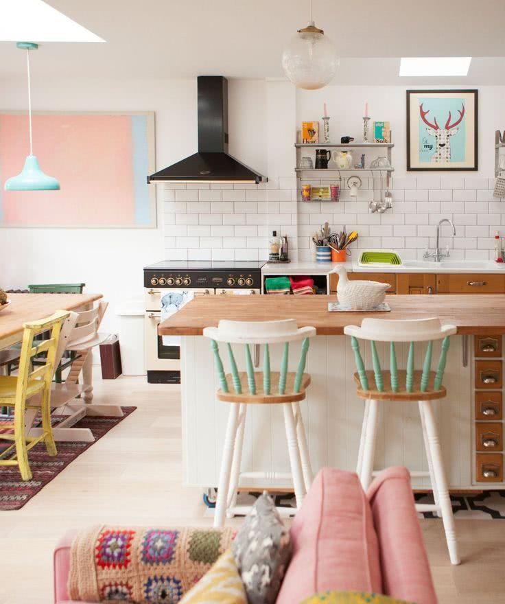 Uma imagem contendo interior, mesa, parede, chão  Descrição gerada automaticamente