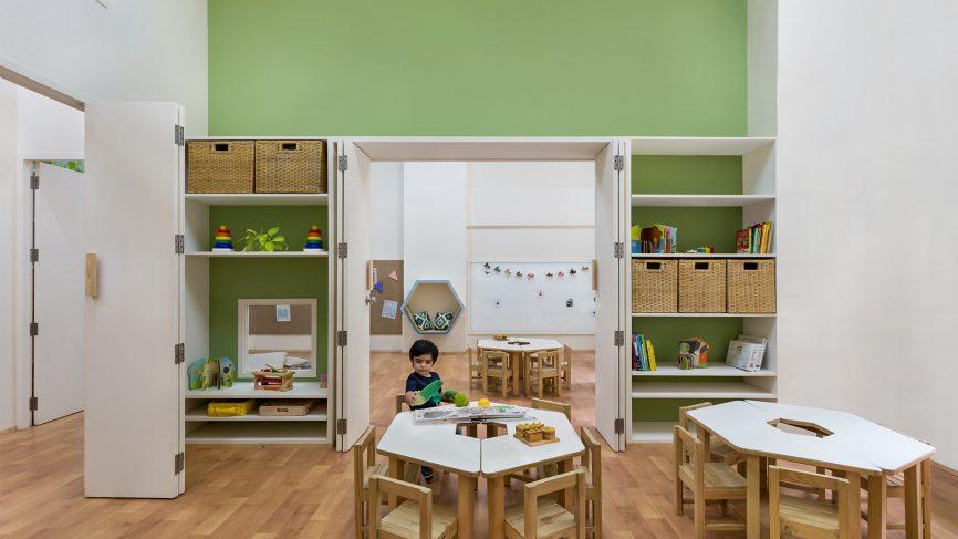 Thiết kế khu vực học tập của bé ngăn nắp và rộng rãi