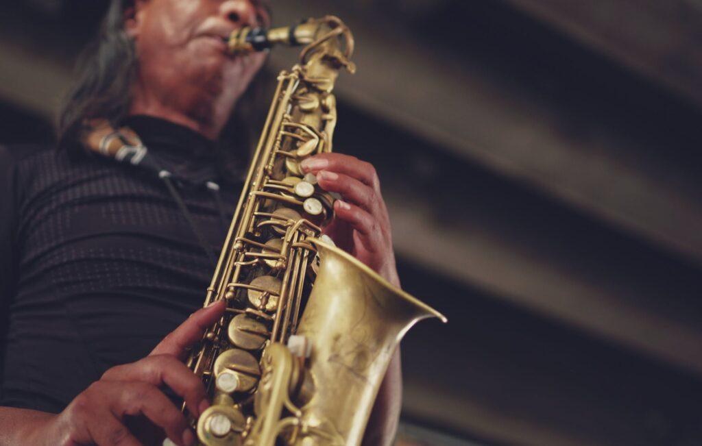 Los saxofonistas también pueden sufrir de distonía focal de los músicos