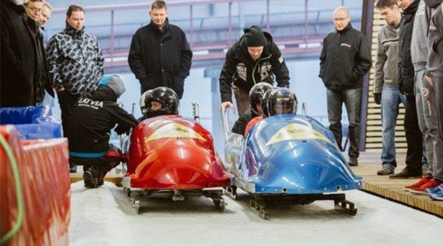Nobrauciens bobsleja trasē