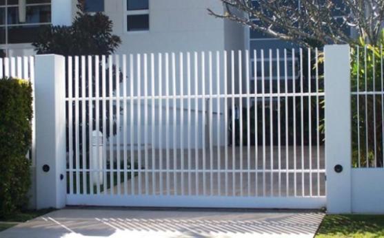 Nên có nút bấm âm tường cho cổng tự động