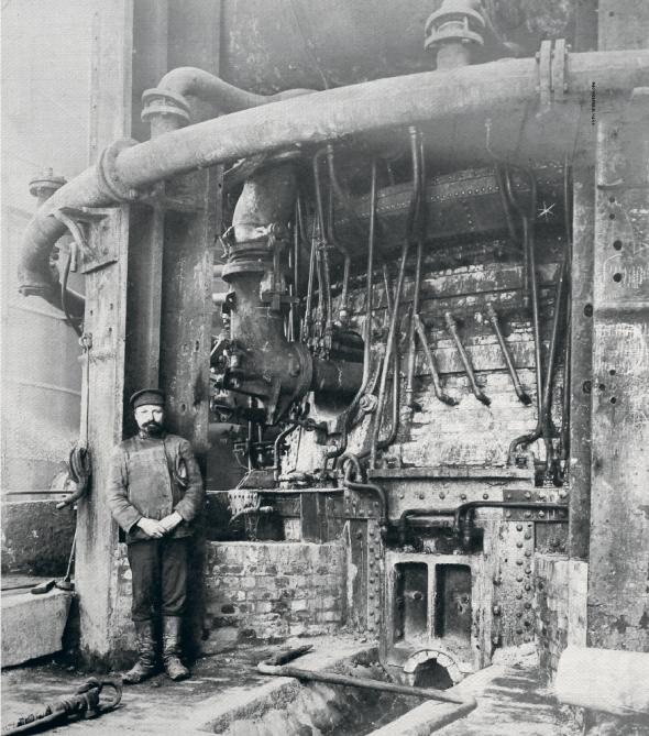 Робітник стоїть біля шостої доменної печі Юзівського (тепер Донецького) металургійного заводу, 1914 рік. НаДонбасі виплавляли більше чавуну істалі, ніж наУралі. Він стає головним промисловим регіоном Російської імперії