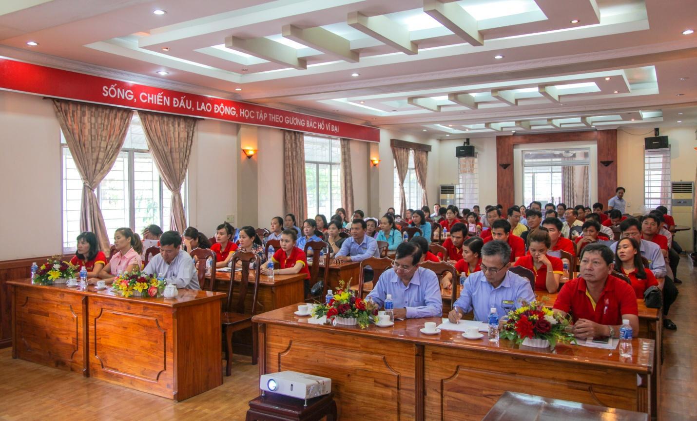 Description: 2. Các đảng viên nghiêm túc lắng nghe nội dung cụ thể của 3 Nghị quyết đã được thông qua tại Hội nghị lần thứ 5 Ban chấp hành Trung ương khóa XII.jpg