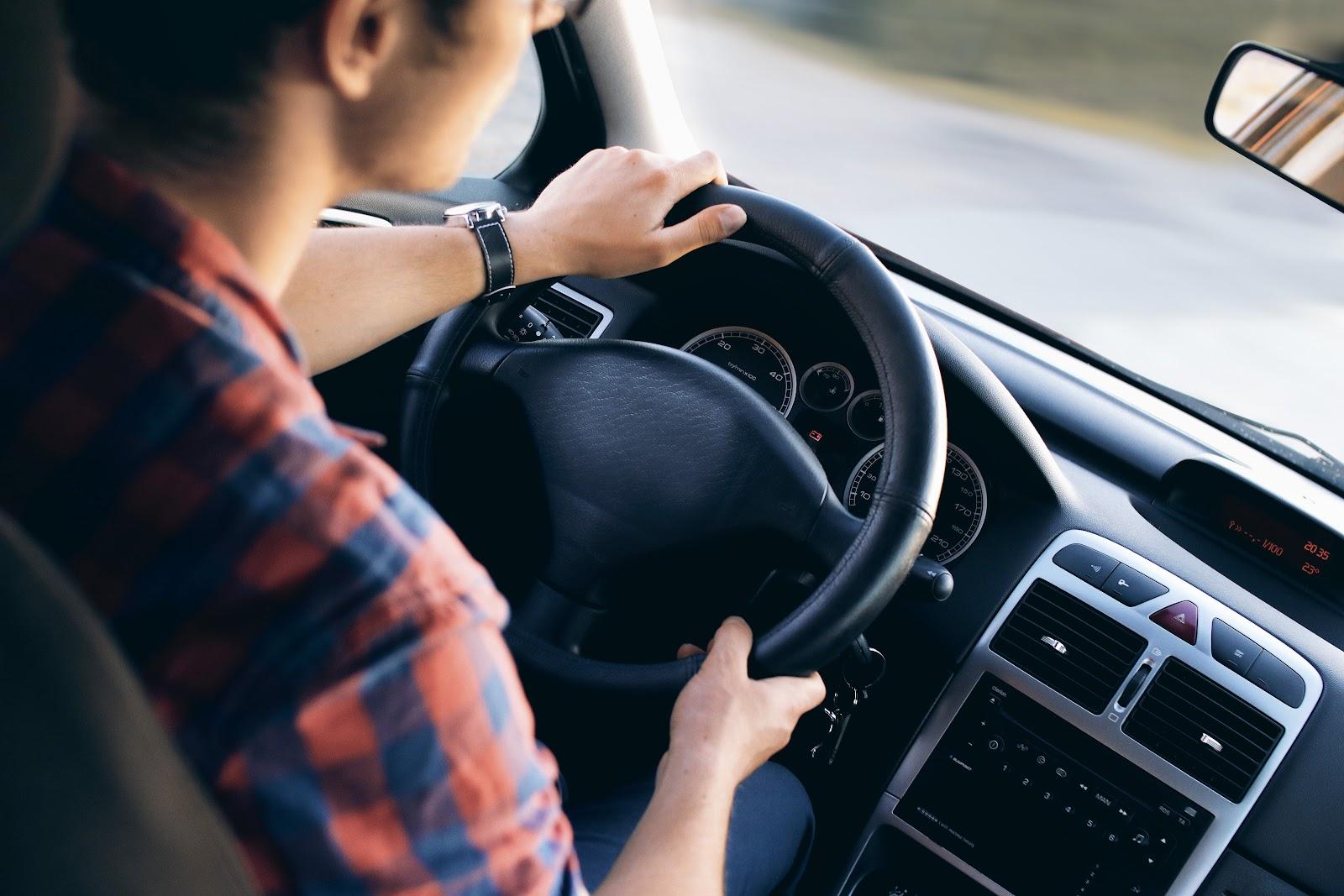 mulher dirigindo o seu carro