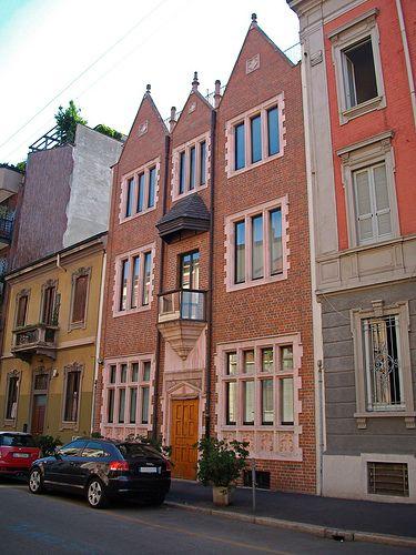 La casa 770 in via Carlo Poerio 35. E' la copia dell'abitazione originale del rabbino Schneerson a Brooklyn; altre se ne trovano in Canada, Brasile, Argentina, Cile, Australia, Ucraina, Israele.