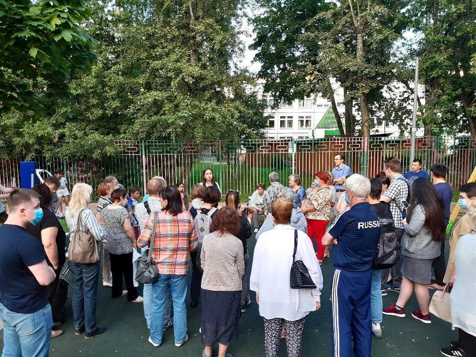 На изображении может находиться: 1 человек, стоит, толпа, дерево, свадьба и на улице, текст «RUSSI»