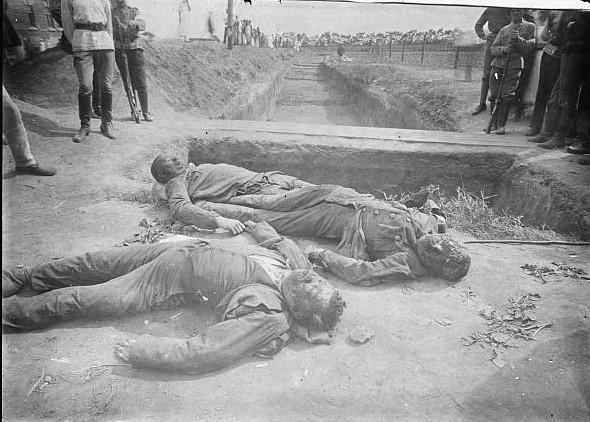 Трупи з концтабору на Чайковській. Фото з бібліотеки Конгресу США