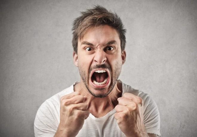 Nam giới thường xuyên có biểu hiện tức giận khi bị bỏ bùa yêu