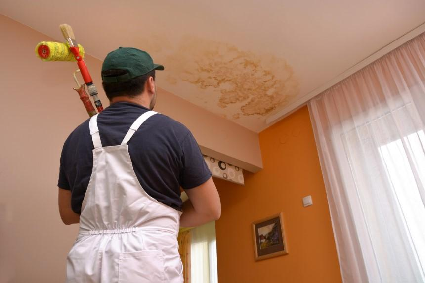 Thấm dột gây ra những vết mốc trên trần nhà