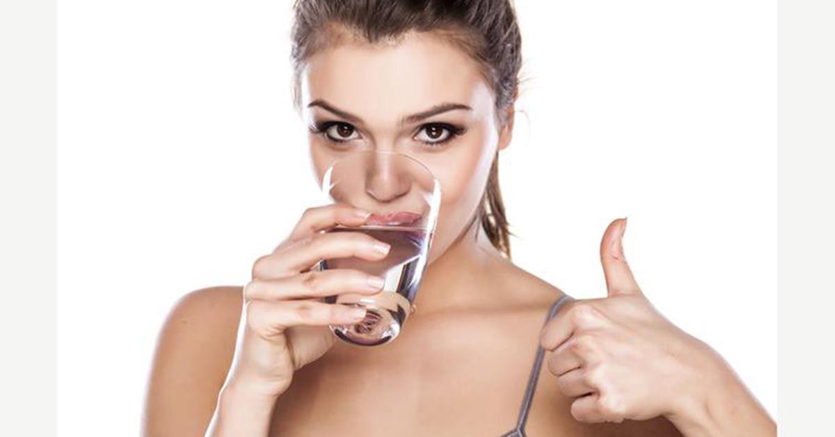 Uống đủ lượng nước mỗi ngày giúp điều trị bệnh táo bón hiệu quả