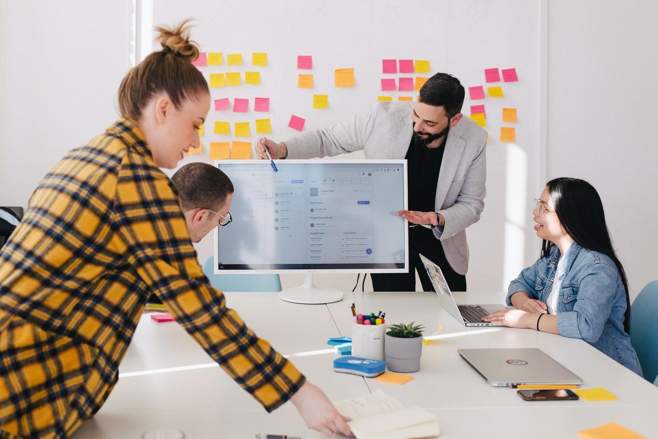 Funcionários de uma empresa reunidos para uma apresentação de pautas.