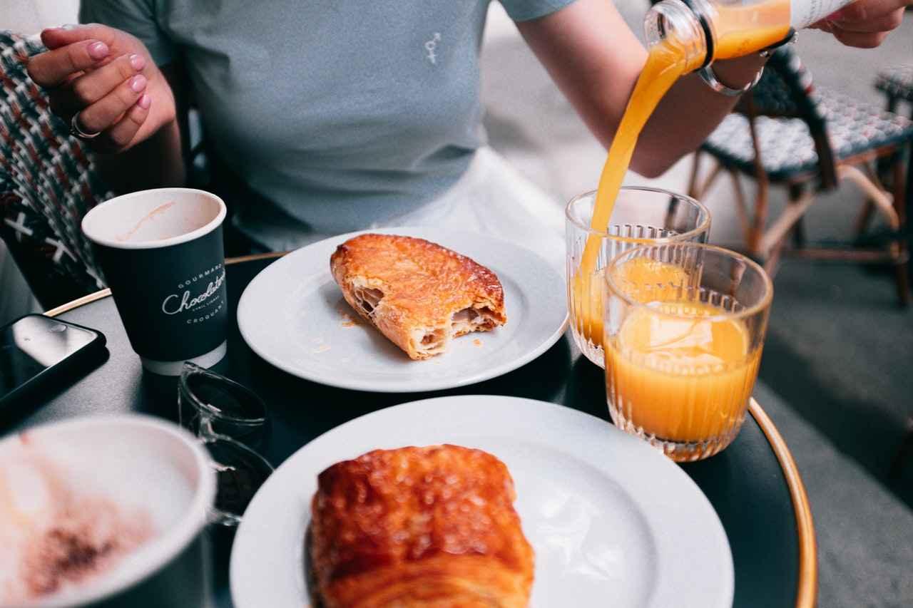 Há quem tome o café da manhã direto na empresa. Se fizer isso sem gastar as horas de trabalho, poderá ser um incrível comportamento positivo de socialização.