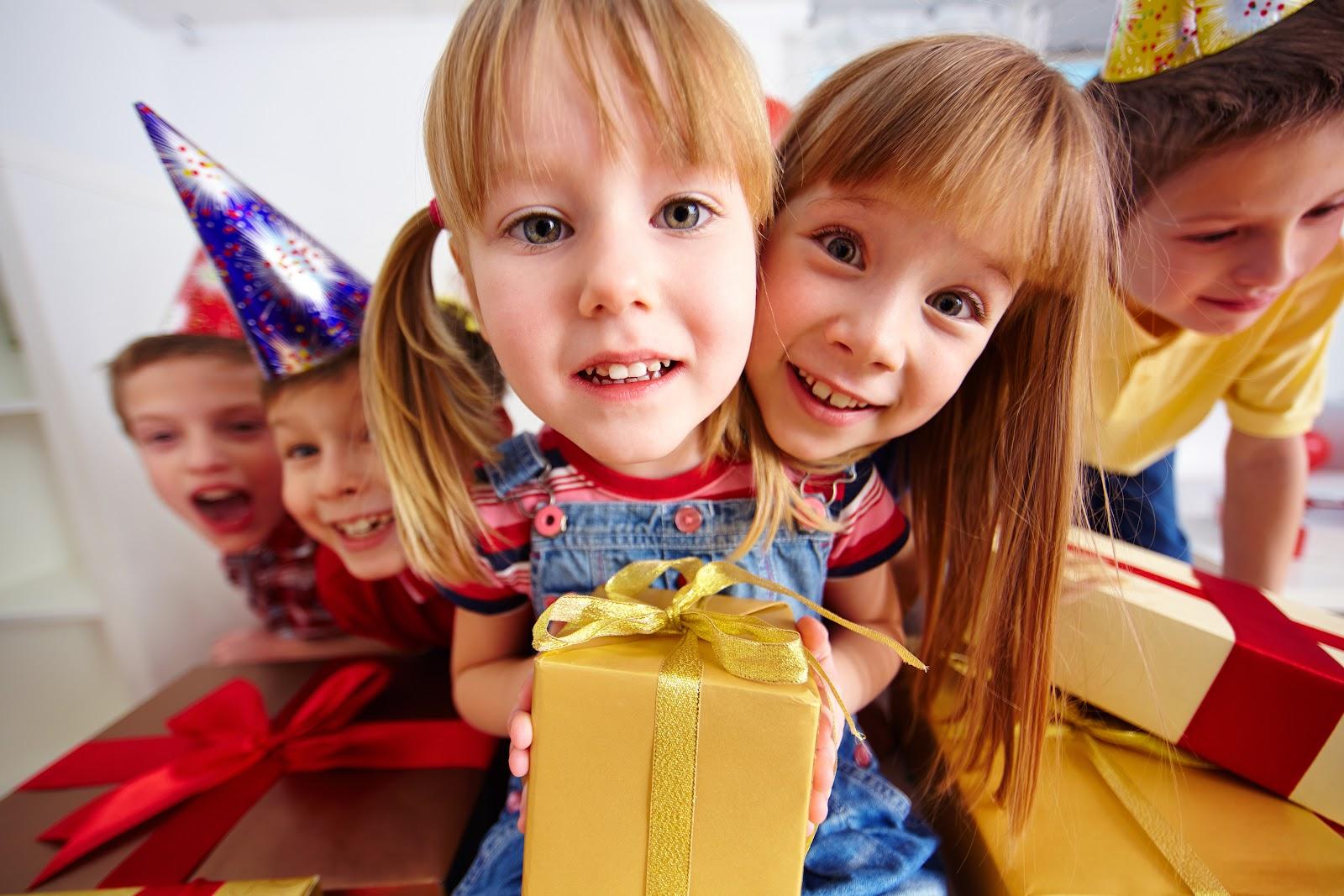 copii, cadouri, fericire, grup copii, 1 iunie, ziua copilului