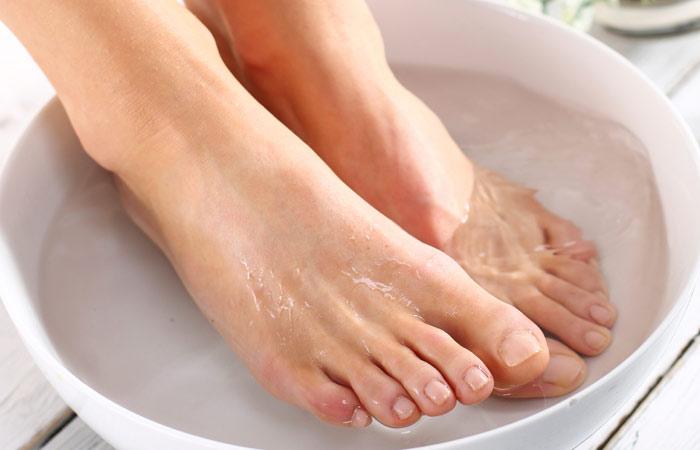 Ngâm chân nước nóng giúp điều trị các bệnh ngoài da
