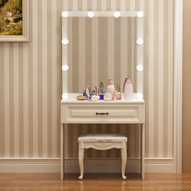 Компактный косметический столик для небольшой спальни