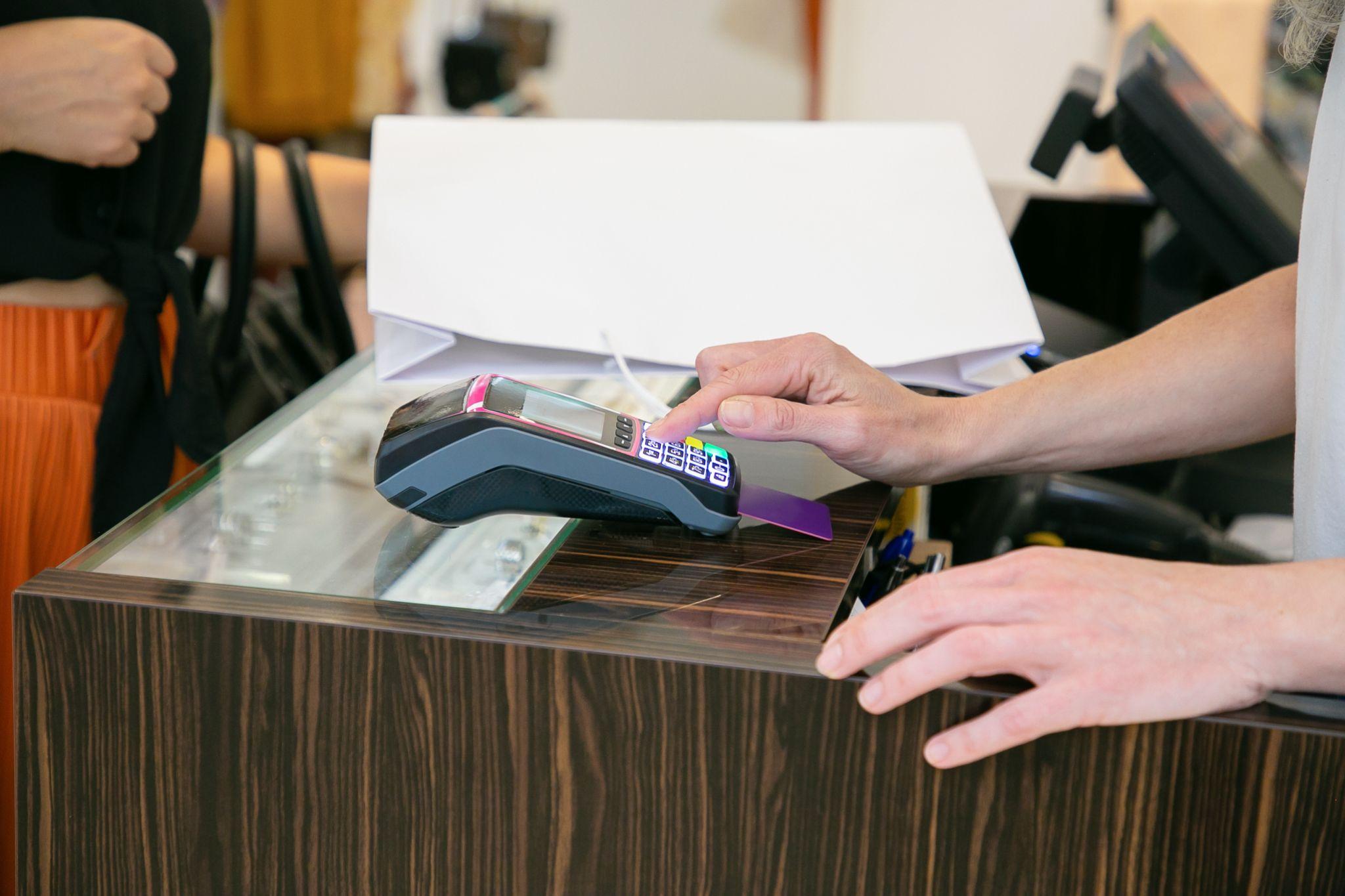 Imagem ilustrativa de compra sendo realizada por meio da maquininha de cartão