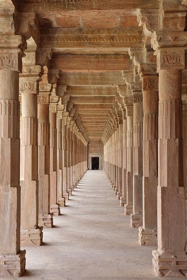 600px-Hoshang_Shah's_Tomb_-_colonnade.jpg