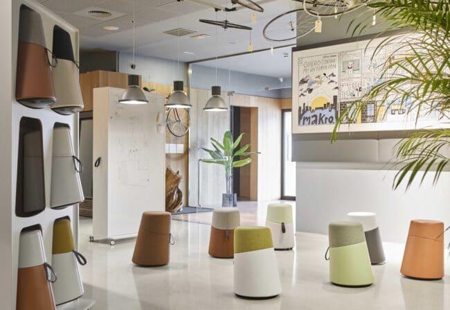 salle de réunion avec poufs multicolores - exemple MDO