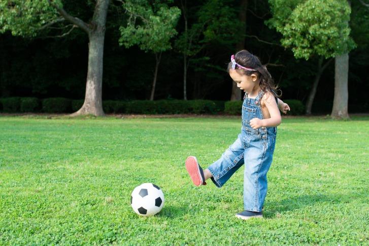 サッカーボールで遊ぶ女の子