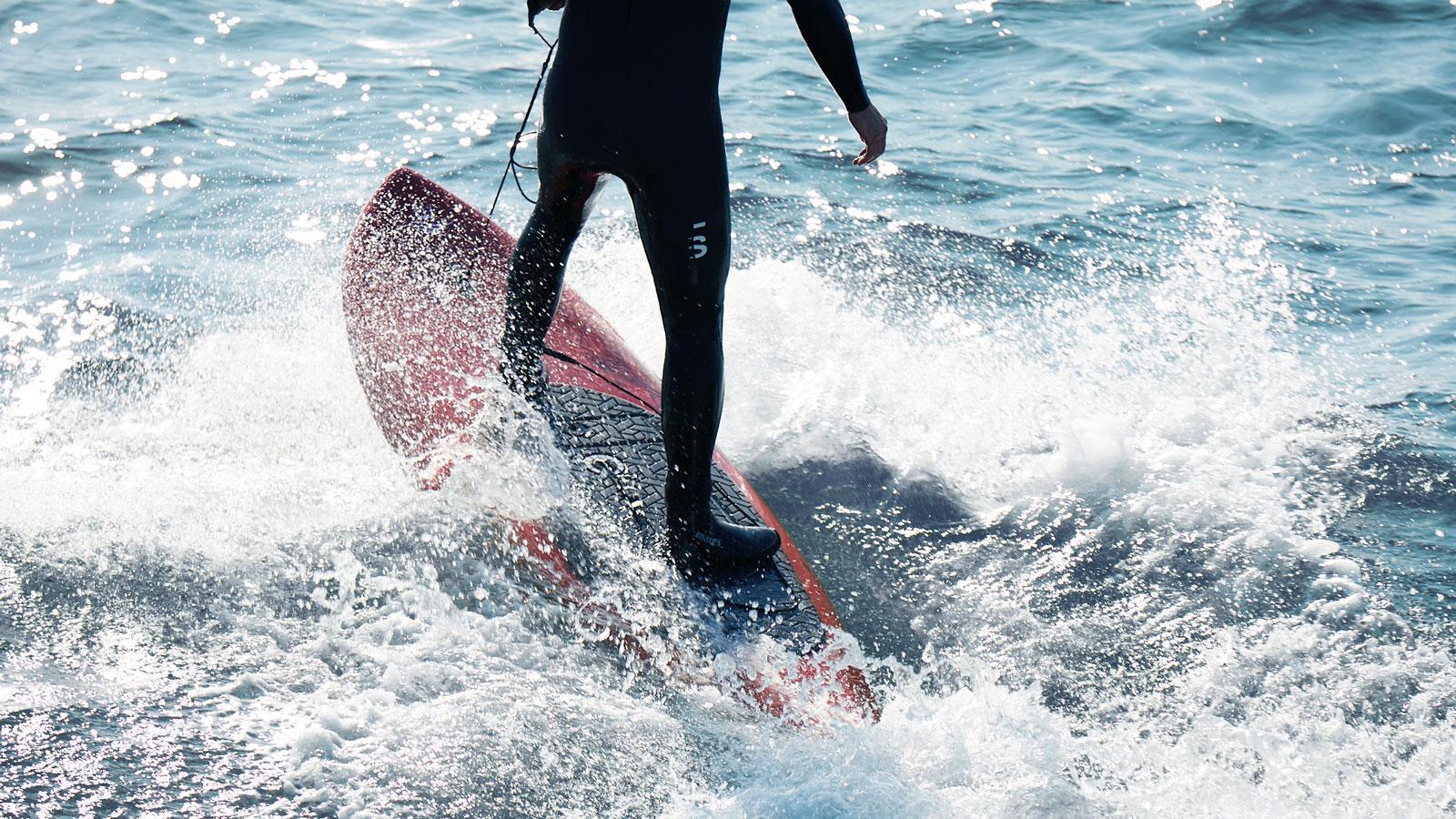Ein Bild, das Wasser, draußen, surfend, Wassersport enthält.  Automatisch generierte Beschreibung