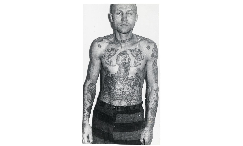 Обвивающая шею змея – знак того, что обладатель татуировки наркозависим.