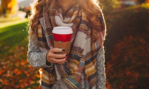 Восени можна носити красиві шарфи та вдягати теплі светри