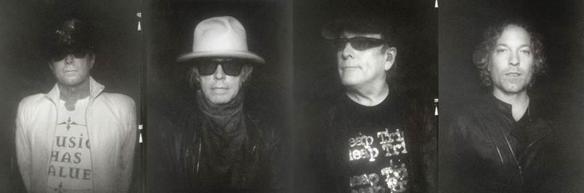Foto en blanco y negro de una persona con un sombrero  Descripción generada automáticamente con confianza media